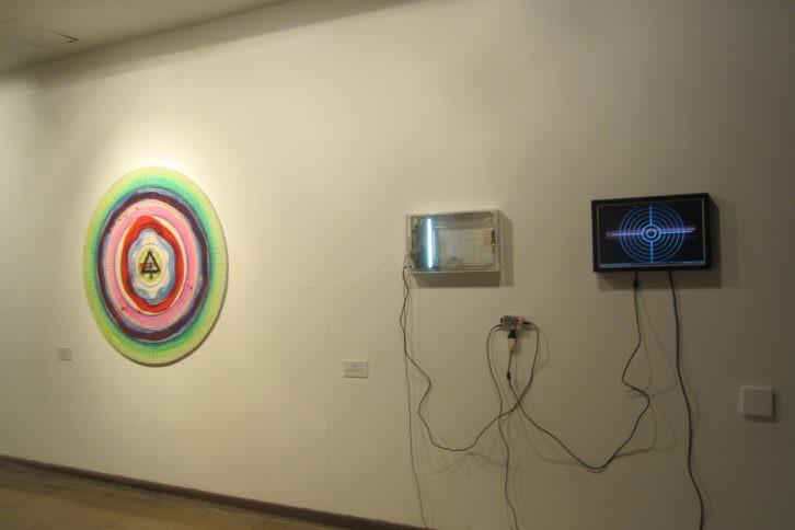 Obras de la exposición 'Galería de tiro', en el Colegio Mayor Rector Peset. Cazadoras asociados.