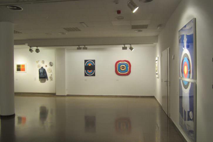 Vista general de la exposición 'Galería de tiro', en el Colegio Mayor Rector Peset. Cazadoras asociados.