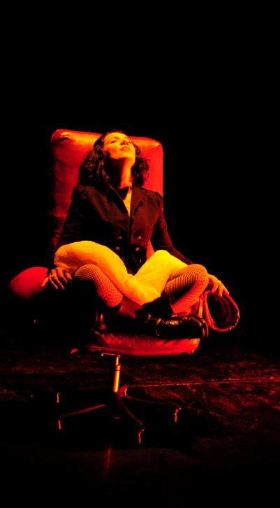 Escena de la Onironauta en el Espai Inestable. Cortesía de Teatro de LaCatrina