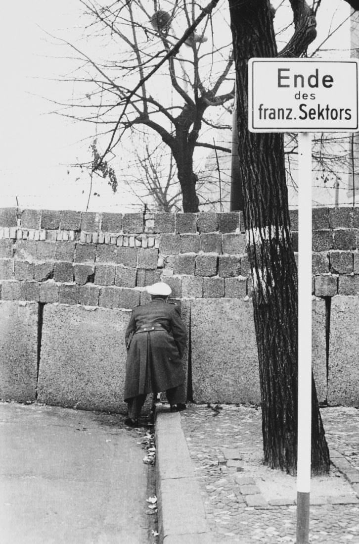 """""""Policía del oeste echando un vistazo al lado este del muro"""", Berlín, Alemania, 1961."""