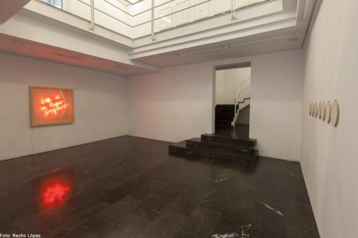 Vista de la entrada a la exposición de Priscilla Monge. Fotografía de Nacho López cortesía de Luis Adelantado.