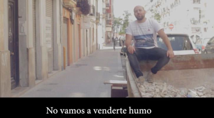 Julián Romero, responsable de Diseño Gráfico de Russafa Escènica, en una imagen del video realizado por Escaparate Visual para la edición de 2015 dedicado a La familia. Cortesía de Russafa Escènica.