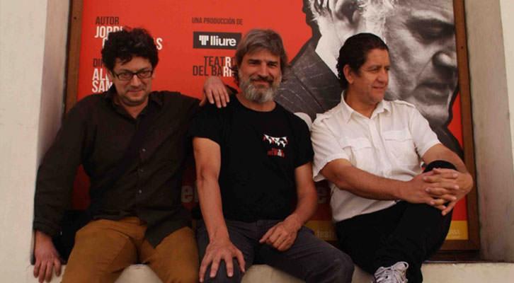 De izquierda a derecha, Manolo Solo, Alberto San Juan y Pedro Casablanc, subidos al cartel de la obra 'Ruz-Bárcenas', en el Teatro Talía. Fotografía: Roberto Fariña.