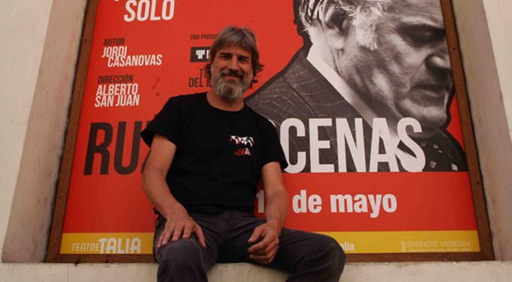Alberto San Juan, director de 'Ruz-Bárcenas', subido a la fachada del Teatre Talia. Fotografía: Roberto Fariña.