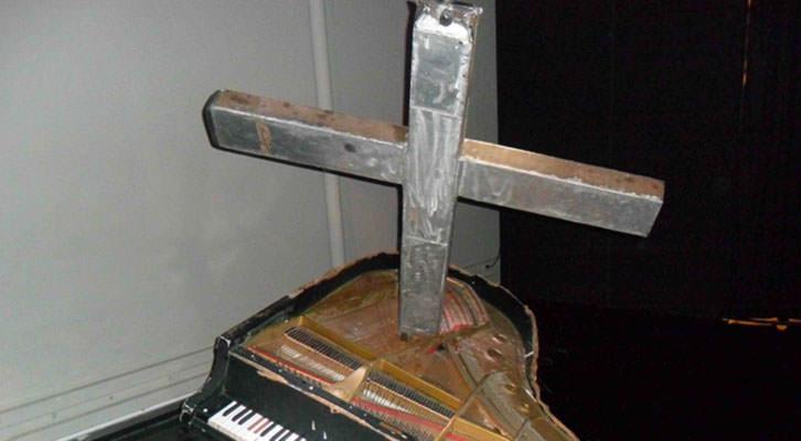 Uno de los pianos intervenidos de Carles Santos en su 'Univers Santos' del Centre Cultural La Nau.