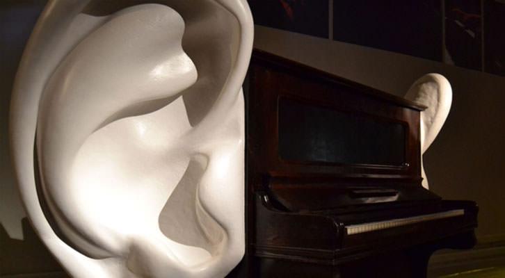 Uno de los pianos intervenidos de Carles Santos en la exposición 'Univers Santos'. Cortesía del Centre Cultural La Nau.