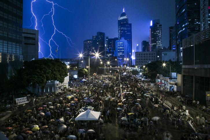 Fotografía de Lam Yik Fei. The Umbrella Revolution, en La Nau de la Universitat de València. Imagen cortesía de PhotOn Festival.