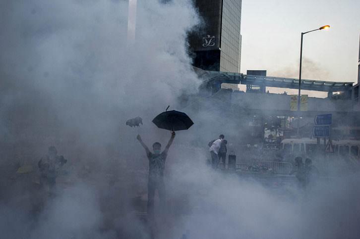 Fotografía de Xaume Olleros. The Umbrella Revolution, en La Nau de la Universitat de València. Imagen cortesía de PhotOn Festival.