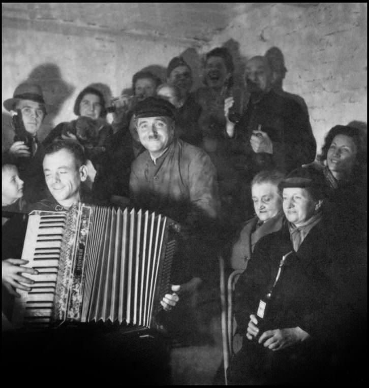"""Refugio antiaéreo en Berlín, Alemania"". 1942"
