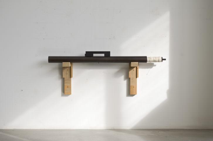 Sergi Aguilar. Portàtil, núm. 3, 1997. 12 x 120 x 7 cm. Acero y bobina de hilo. Foto: Roberto Ruiz. Cortesía MACBA.