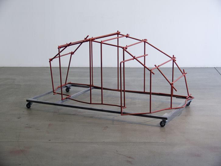 Sergi Aguilar. Ruta vermella, 2009. 65 x 154 x 97 cm. Acero, aluminio y pintura. Foto: Pau Aguilar Amorós. Cortesía MACBA.