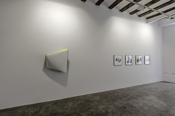 Exposición 'Del rombo al hexágono hay dos líneas'. Cortesía de Galería Rosa Santos.