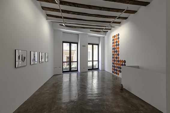 Vista general de la exposición 'Del rombo al hexágono hay dos líneas'. Imagen cortesía de Galería Rosa Santos.
