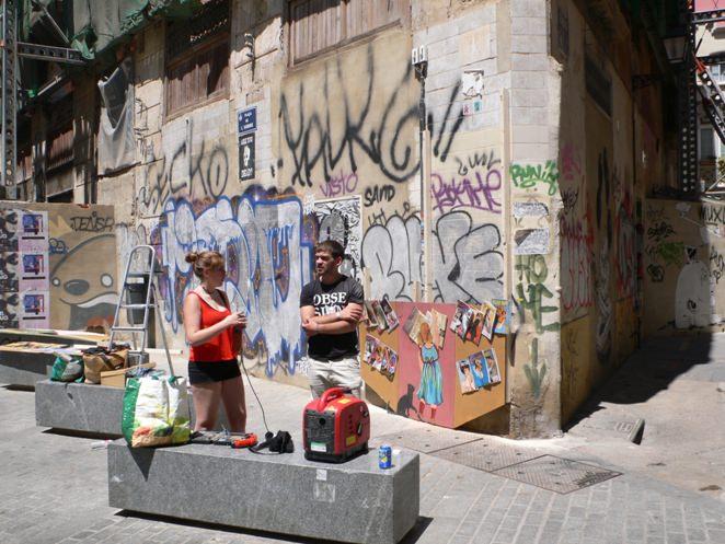 Vista de la fachada apuntalada con Julia Lorenzo y su acompañante. Imagen Vicente Chambó