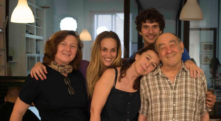 Giovanna Ribes (izquierda) con el elenco artístico de La Familia. Imagen cortesía de Taranná Films.