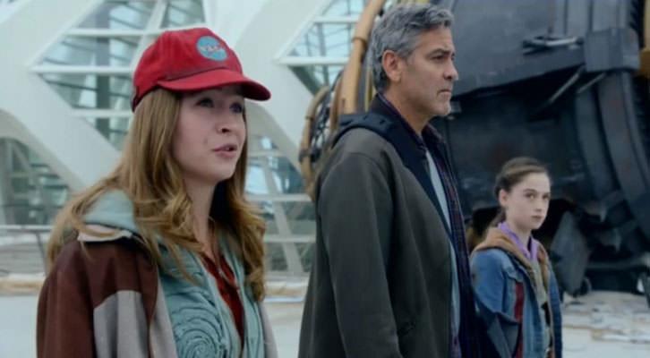 Britt Robertson, George Clooney y Raffey Cassidy en un fotograma de 'Tomorrowland', con la Ciudad de las Artes de Valencia al fondo.