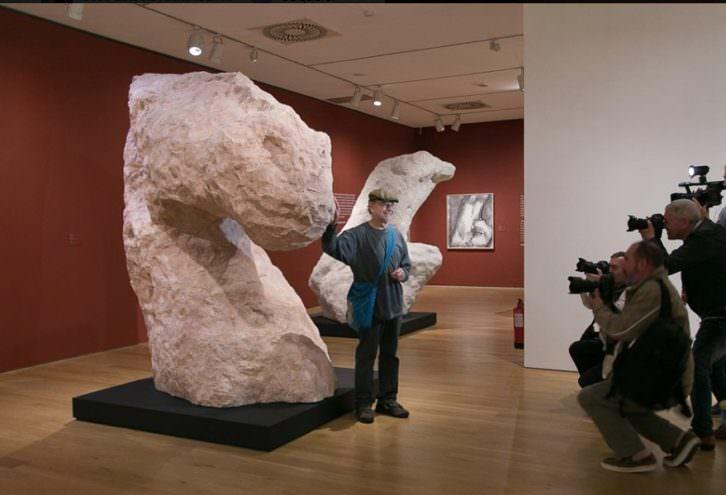 William Tucker en su exposición 'Tucker: masa y figura'. Imagen del Museo de Bellas Artes de Bilbao.