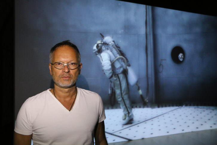 El artista, Michael Najjar, durante la inauguración de la exposición. 2015. Cortesía de Es Baluard.