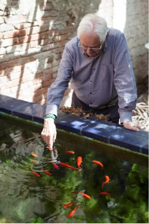 El artista, Alfons Borrell, en el patio de su taller. 2015. Cortesía de Fundació Joan Miró.