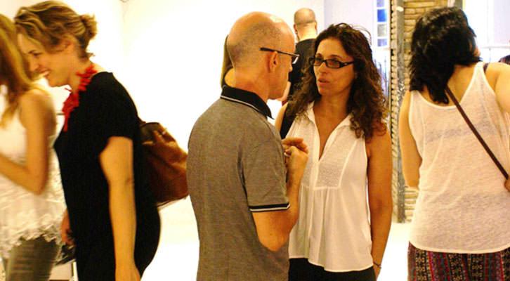 Nuria Rodriguez charla con Javier Chapa (a su izquierda Ana Vernia), en la galería Shiras, todavía en obras. Imagen cortesía de Shiras.