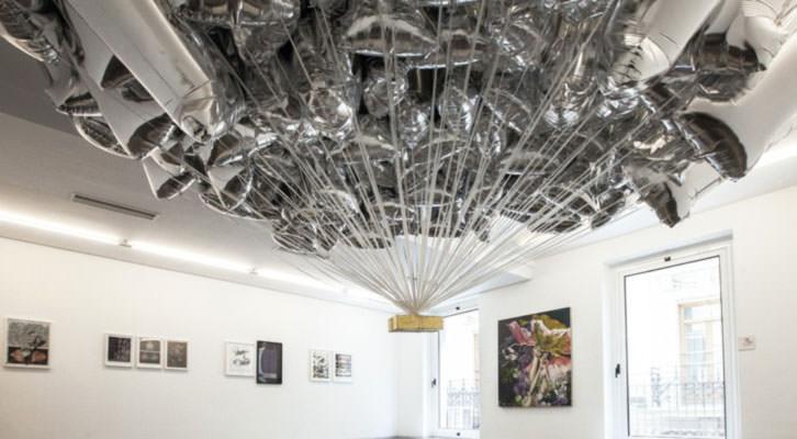 Instalación de Iván Sikic en galería Luis Adelantado. Fotografía de Nacho López Ortiz e Iván Sikic cortesía de Luis Adelantado.