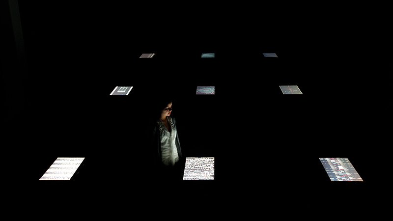 Ryoji Ikeda. Data.Scan [nº1-9]. 9 monitores LED 27'', ordenadores, altavoces, peanas madera. Cortesía de EACC.