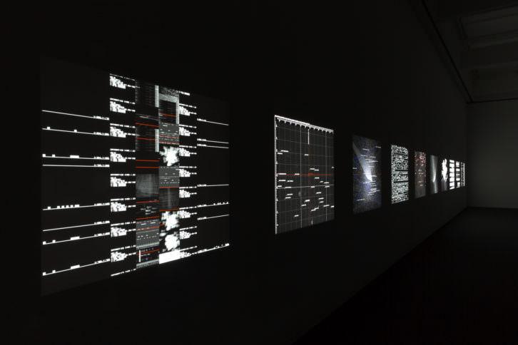 Ryoji Ikeda. Data.Matrix [nº1-10],10 proyectores DLP, ordenadores, altavoces, peanas madera. Cortesía de EACC