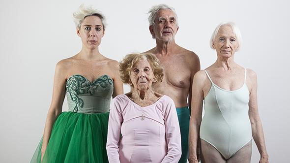 Fuerza de la gravedad, una pieza de teatro-daza documental a partir de la biografía de tres ex bailarines del Ballet del Teatro Colón de Buenos Aires. Cortesia Frinje15, Festival de Artes Escénicas