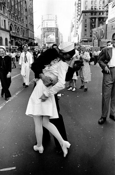 Alfred Eisenstaedt. VJ Day, Times Square, NY, 14. Agosto de1945 Cortesia de Alfred Eisenstaedt, 2014 / Leica Camera AG.