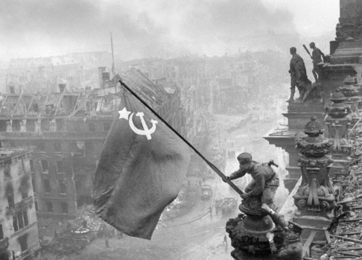 Jewgeni Chaldej. La bandera de la victoria , 1945 Cortesia Sammlung Ernst Volland und Heinz Krimmer / Leica Camera AG.