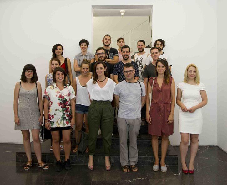 Los artistas seleccionados en la XVII Edición de CALL de Luis Adelantado, con la responsable de la convocatoria Olga Adelantado en el centro de la imagen en primera fila. Cortesía de la galería.