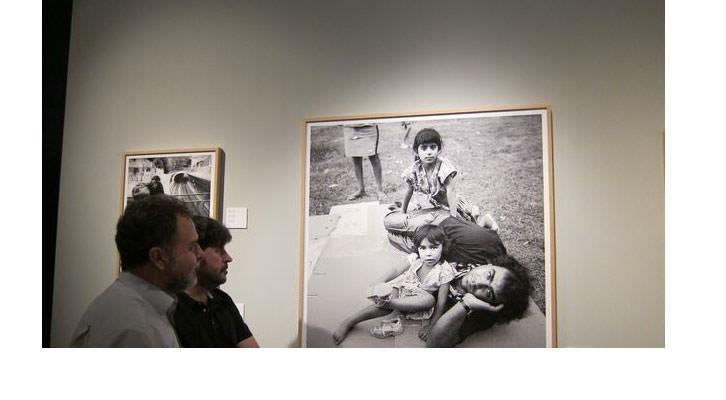 Paco Molina (izquierda) y Xavier Mollà, en la exposición 'Correspondència amb Mediterrània'. Imagen cortesía del MuVIM.