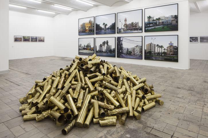Obras de Kris Martin (en primer plano), Henning Rogge, Hrair Sarkissian y Martha Rosler en una de las salas de exposición. Fotografía de Timo Ohler.