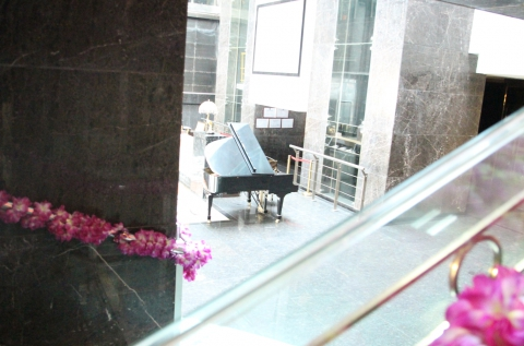 Franziska Wildt. Piano, de la instalación TO THE CIRCUS, 2015. Obra de la exposición #5 de la serie SEIZING THE IVORY TOWER. Cortesia de la artista.