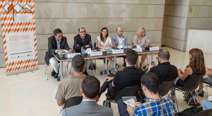 Presentación de Abierto Valencia en el IVAM. En la mesa, de izquierda a derecha, Carlos Puerta, José Miguel Cortés, Olga Adelantado, Carlos Urroz y Alicia Ventura. Imagen cortesía de LaVac.
