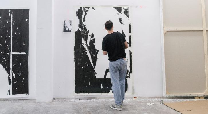 """""""La hora loca de los gatos"""", de Alex Marco. El artista preparando la obra en el estudio. Fotografía Ernesto Sampons."""