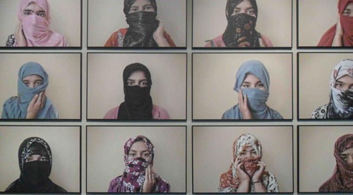 Collage de fotografías de Gervasio Sánchez en la Sala Acadèmia de La Nau de la Universitat de València.