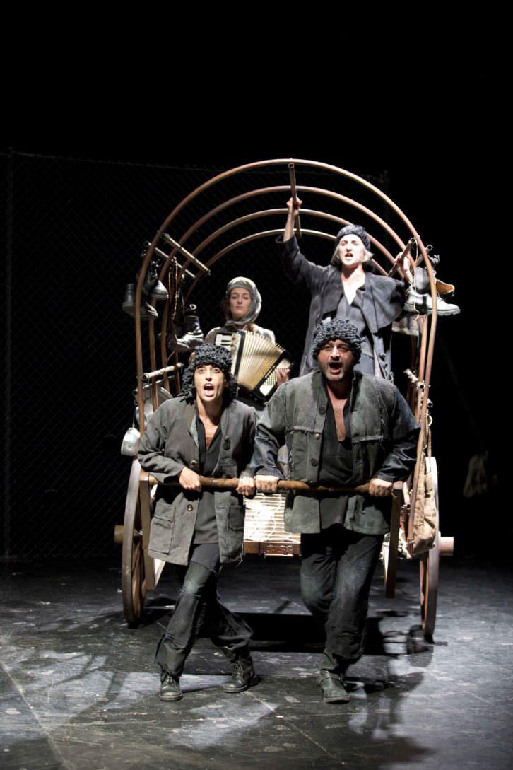 """""""Madre Coraje"""" y tres hijos en una escena de la obra. Imagen cortesía del Teatro Español."""