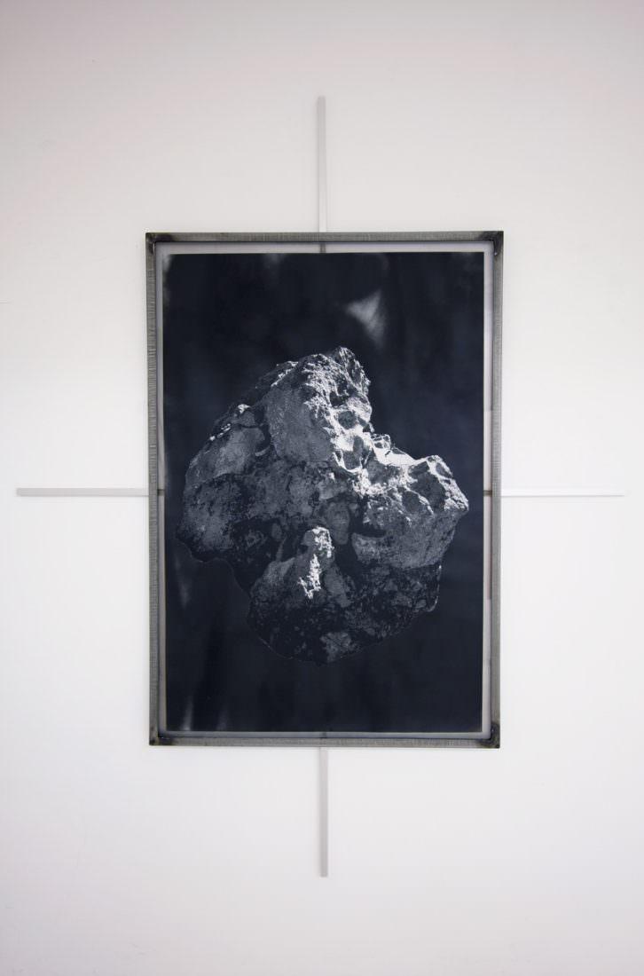 Ángel Masip. Meteorismo II. Capas sucesivas de tinta pigmentada y veladas con spray plata sobre papel. Cortesía Mardel.