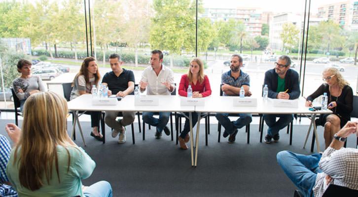 De derecha a izquierda, Mariola Cubells, Joao García, Jacobo Pallarés, Lorena Palau (en el centro, de rojo), Andrés Poveda y Jim Johnson, en Espai Rambleta. Foto: Pablo Ortuño.