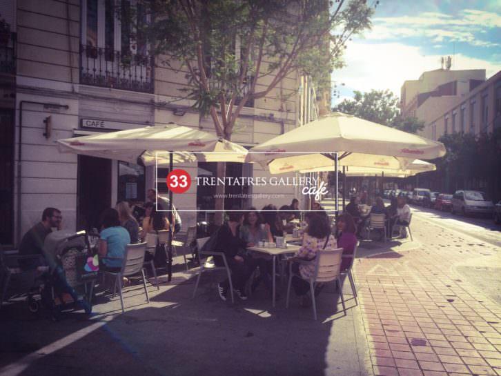 Trentatres Gallery Café en Sueca, 33 (Ruzafa). 2015. Cortesía de TRENTATRES.