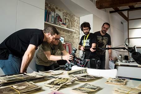 Parte del equipo de La Caixa Negra, durante la producción del documental. Imagen cortesía del autor.