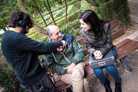 Sentados, Rafael Esteve, hijo de Lía Delby y Francisco Esteve, y Sara Vallés, actriz, en La Caixa Negra, de José Carlos Díaz. Imagen cortesía del autor.