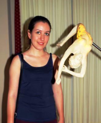"""Sama Arasian con su escultura""""The Sleep of Life"""". Imagen cortesía Fundación Cursol."""