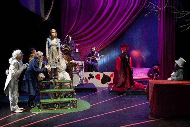 Escena de Alicia en Wonderland, de Chema Cardeña. Imagen cortesía de Sala Russafa.
