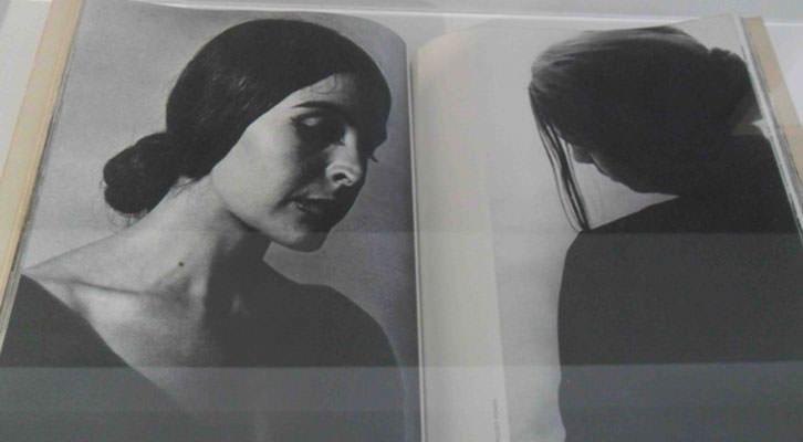 Fotografías del Grupo Afal en uno de los libros expuestos en la nueva sala de la biblioteca del IVAM.