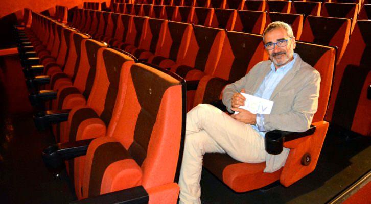 El director Javier Fesser posa con su premio/homenaje, otorgado por FICIV. Fotografía: Merche Medina