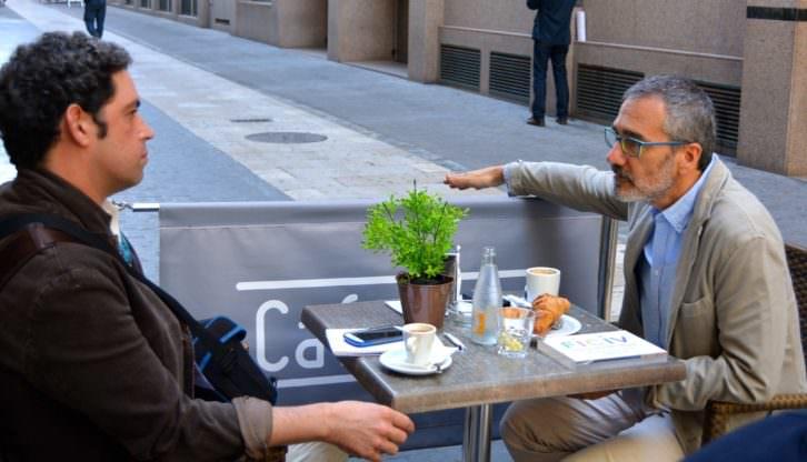 El director Javier Fesser conversa con Jose Ramón Alarcón durante un instante de la entrevista. Fotografía. Merche Medina.