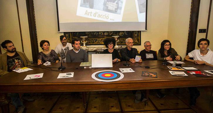 Salvia Ferrer, directora de Intramurs, en el centro, junto a miembros del equipo de organización, en la presentación del festival. Fotografía: Eva Máñez.