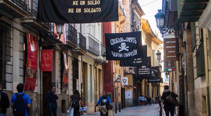 Banderas colocadas en la calle Caballeros como parte del festival Intramurs. Fotografía: Eva Máñez.